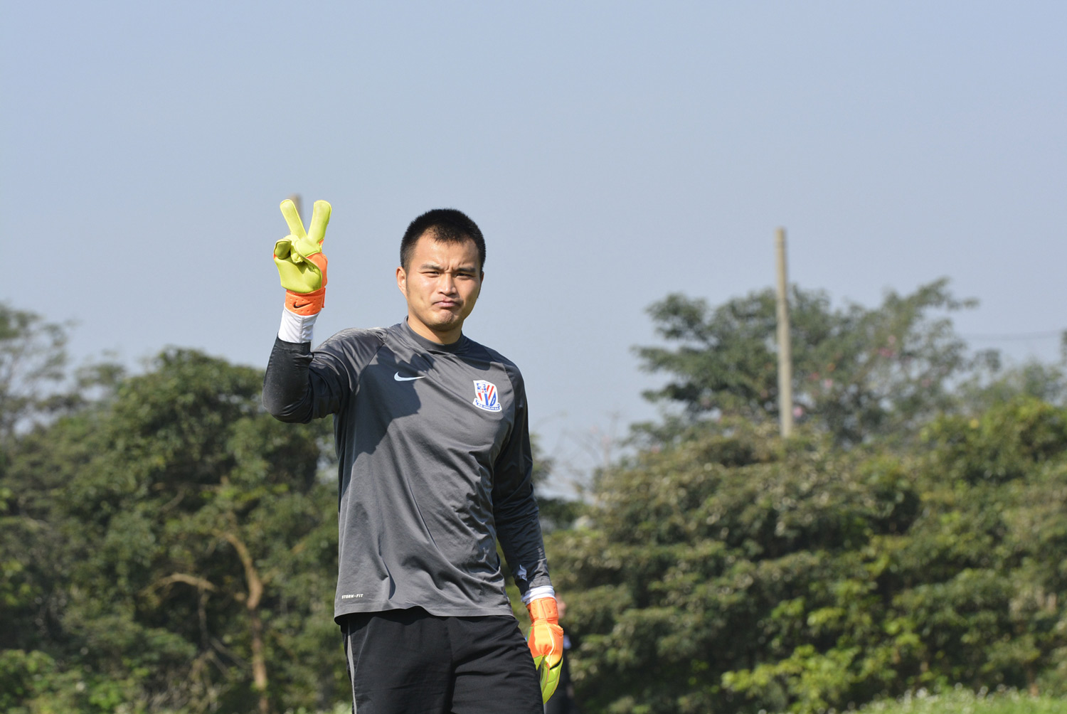 The goalkeeper of the Shanghai Greenland Shenhua Football Club, Qiu Shengji.